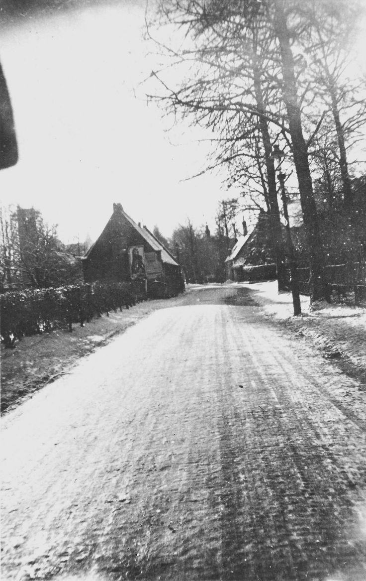 Bussum 1920 Brinklaan, ter hoogte van de haven, met blekerij van Brandhoff aan de linkerzijde en rechts de huisjes van Kaarsgaren.  In 1926 is hier een gemeentelijke vishal geopend Op de plaats van de huisjes van Kaarsgaren is later de Koepelkerk gebouwd