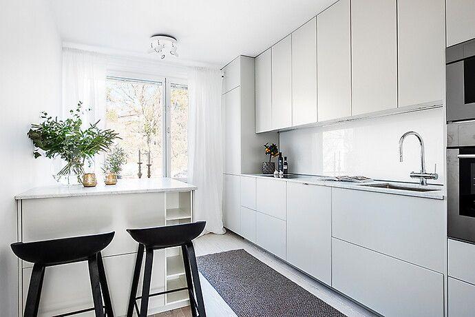 Nyrenoverad trea i toppskick med stort vardagsrum och solig balkong i söderläge! Underbart kök i ljust grått och marmor. Två sovrum, varav ett med lyxig walk-in-closet. Fina vitlaserade ekgolv. Sny...