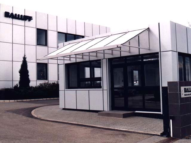 The architectural systems with which Alumil supplied the building facilities of Balluff in Veszprém, Hungary are the J-Bond system that covered the outer surface of the building and the Hinged system M11000. For further information visit our website www.alumil.com