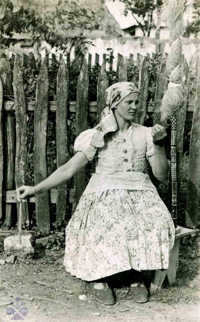 Pradenie z jednostrannej prísednej praslice. Strážske (okr. Michalovce), 1949. Súkromný archív E. Plickovej. Foto E. Plicková. Slovakia