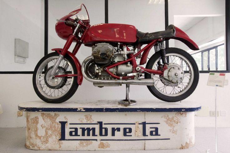 """Nel corso di una vita, Vittorio Tessera ha ricostruito ogni singolo pezzo di ricambio di tutti i modelli di Lambretta prodotti da Innocenti fra il 1947 e il 1972. E oggi è in grado di ricostruire i vecchi modelli a partire dal solo telaio. I suoi clienti si trovano in tutto il mondo. """"Nel pianeta sono stati venduti tre milioni di Lambretta, il nostro obiettivo è offrire tutta l'assistenza, tecnica e culturale, a chi ancora viaggia su una Lambretta"""""""