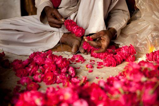 Immergersi nei mercati di fiori di tutto il mondo: è primavera! #India #flowersmarket #mercatodeifiori #people #persone #market #mercato #colour #colori #fiori #flowers #fiore #flower #hand #work #job #lavoro #manuale #spring #primavera #world #flowersmarketoftheworld #newdelhi#nuovadelhi