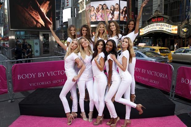 La marca de lencería decidió aprovechar la costosísima inversión que realiza en sus trajes para sus mega desfiles y exponerlos en la Quinta Avenida en Nueva York