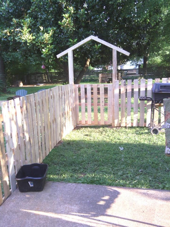 Pallet fence outdoor living front yards and pallet gate for Diy pallet fence gate