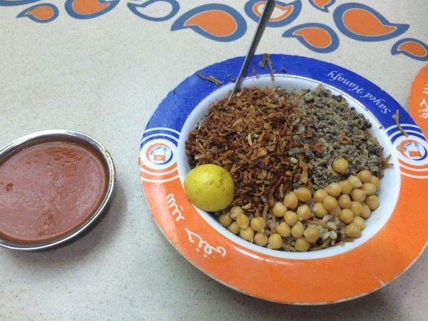 エジプト国民やエジプトに訪れた人が最も愛する料理、それがコシャリなのだ。コシャリは炭水化物のオンパレードで、「米・パスタ・数種類の豆」の上に「トマトソース・オニオン・ガーリック」をかけ混ぜて食べる料理