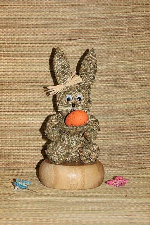 Velikonoční zajíc ze sena s ošatkou