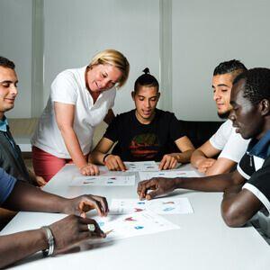 BIBB: Integration braucht qualifizierte Unterstützung  Die duale Berufsausbildung ist wichtig für die gesellschaftliche Integration junger Geflüchteter. Dafür ist aber passende Unterstützung notwendig – und zwar vor und während der Ausbildung. Zu dieser Einschätzung gelangt die Mehrheit der rund 660 Berufsbildungsfachleute, die sich am aktuellen Expertenmonitor des Bundesinstituts für Berufsbildung (BIBB) zur dualen Ausbildung junger Geflüchteter...