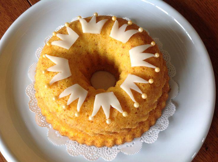 Koningsdag Oranje Cake. Met mandarijn, amandelmeel, ei en suiker. Zonder boter. En natuurlijk marsepein-kroontjes on top! Tangerine with almond flour and marzipan.