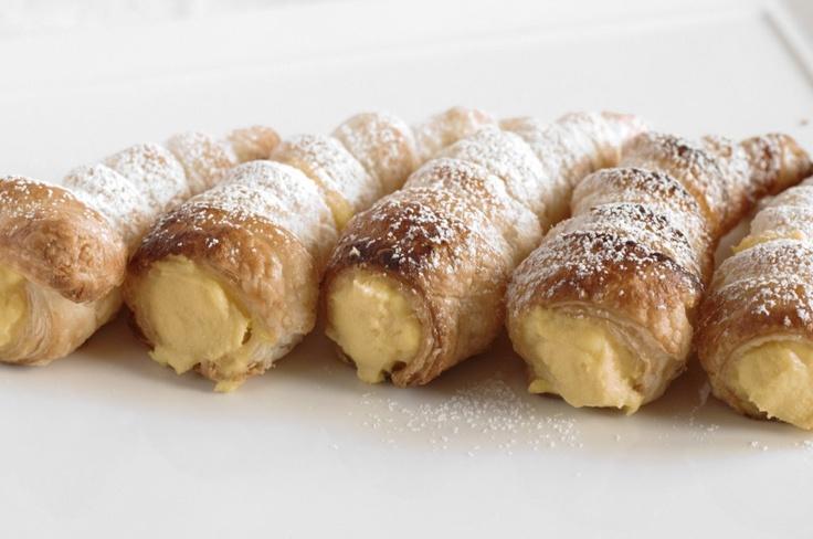 Cannoli alla crema  Questi sono naturali, con solo burro per la sfoglia, uova e latte per la crema.
