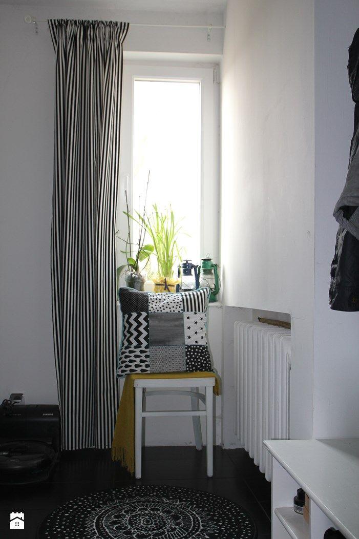 Przedpokój. Poduszka i zasłona DIY. - zdjęcie od Agnieszka Kijowska - Hol / Przedpokój - Styl Skandynawski - Agnieszka Kijowska, black & white, scandinavian design, hol