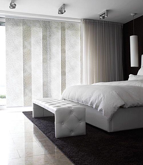 Панельные шторы - отличный выбор для спальни.