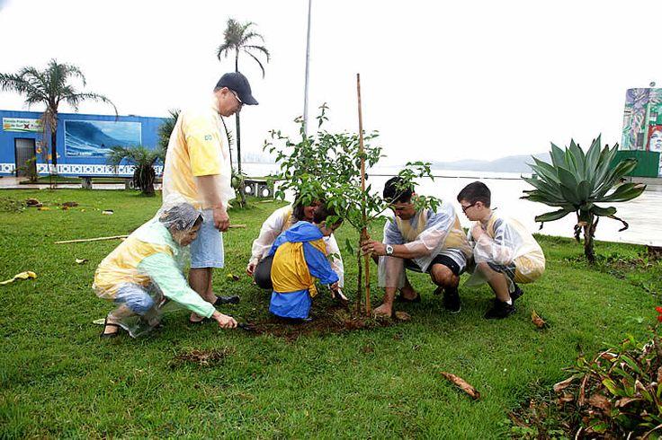 Mais de 40 voluntários saíram cedo da cama na manhã chuvosa de hoje (7), para praticar uma boa ação à Cidade de Santos e ao meio ambiente.