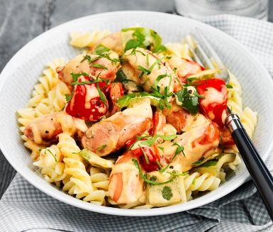 En snabblagad paprikapasta med korv som blir extra krämig av crème fraiche. Smaken kommer från chilisås och senap som tillsammans utgör en perfekt kombination. När den fått koka, häll i färsk persilja och paprika. Avnjut ihop med nykokt pasta. Smaklig måltid!