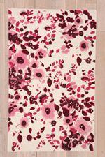 """""""Zoe"""" Vorleger mit lila Blumenmuster, 3 x 5 Fuß bei Urban Outfitters"""