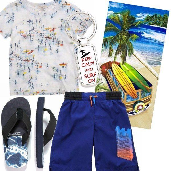 Non manca proprio nulla per un pomeriggio in spiaggia ! T-shirt bianca con disegni, pantaloncino bluette, infradito blu con disegno, asciugamano mare coloratissimo, portachiavi...il tutto in surf's style !