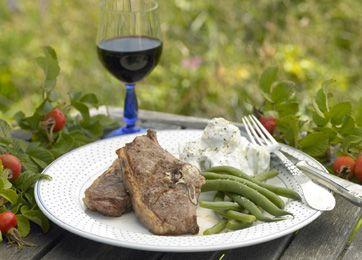 Lammekoteletter med tzatziki-kartofler og bønner   Lækker, græsk-inspireret middag