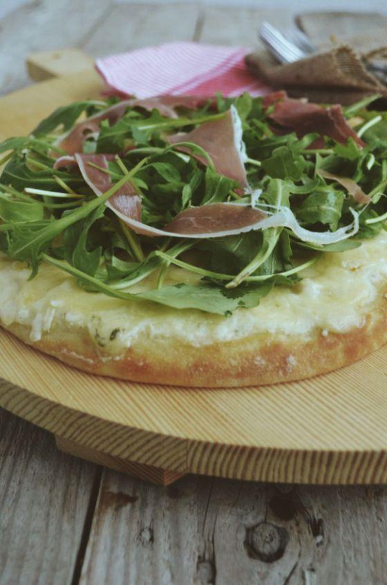 Mozzarella pizza with prosciutto & rocket