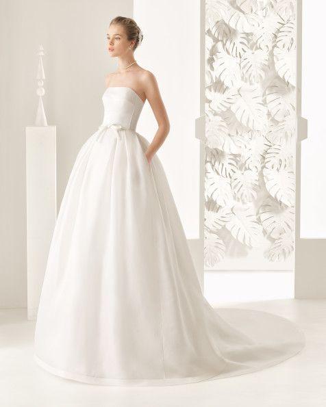 Vestido clásico de costura con cuerpo de raso algodón y falda de organza labradora de seda,con crop top de encaje pedrería, en color natural.