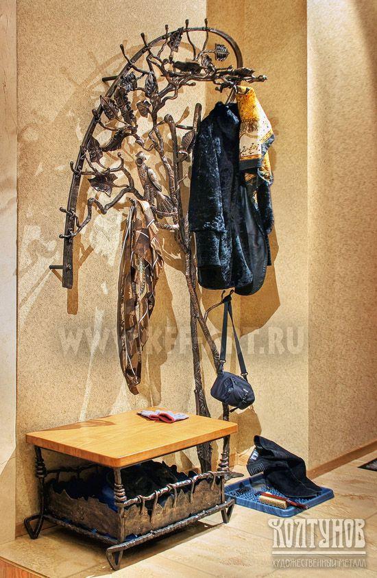 кованая вешалка в прихожей для одежды