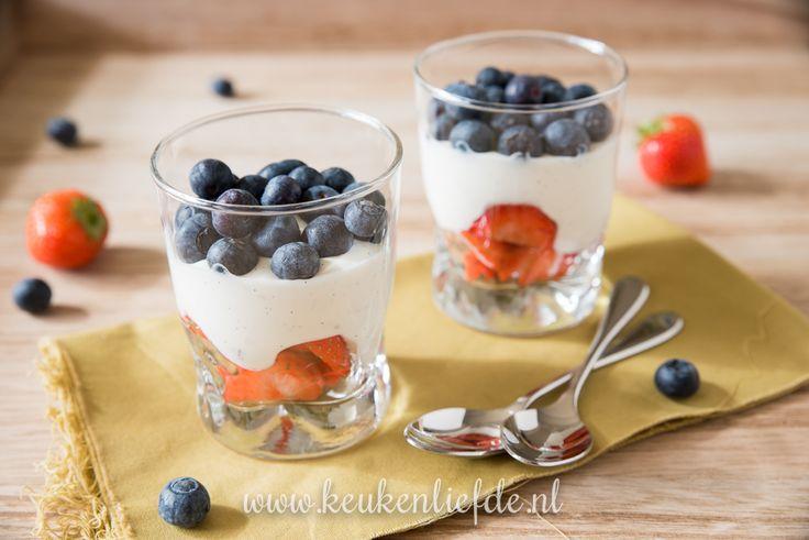 Een supermakkelijk toetje waar iedereen blij van wordt: zelfgemaakte vanillekwark met aardbei en blauwe bes.