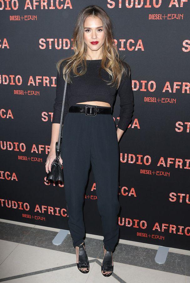 Jessica Alba en total look noir lors de la soirée Studio Africa de Diesel à Paris - crop top en maille, pantalon taille haute et sandales compensées.