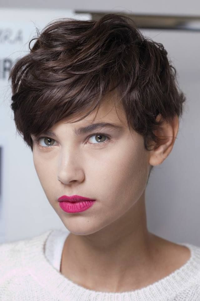 Pixie cut, rose à lèvres et make-up nude