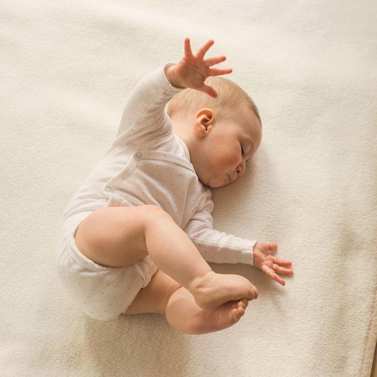 Baby Strampelt Mit Armen Und Beinen