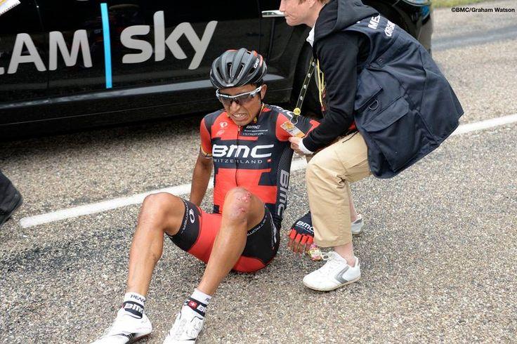 Le Tour 2014. Etapa 7. Brutal Caída a 16 km de meta, donde DARWIN ATAPUMA sufrió fractura de femur izquierdo.
