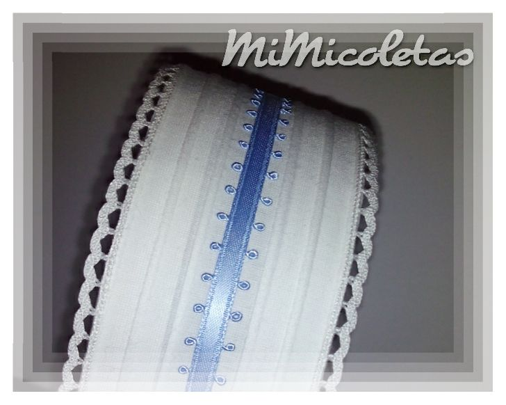 Diadema Wintty. Confeccionada con puntilla blanca y lazo azul. Hanmade cuidando el más mínimo detalle.
