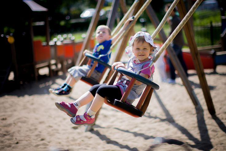 Huśtawka dla młodszych dzieci na plac zabaw. www.larslaj.pl #playgrounds #swing