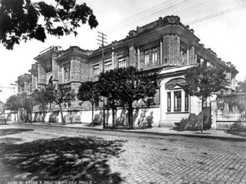 1905 - Liceu de Artes e Ofícios (atual Pinacoteca do Estado de São Paulo) na avenida Tiradentes.