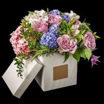 NAMUR Caja con flores de temporada. http://mardeflores.com/entre-30-%E2%82%AC-y-50-%E2%82%AC/namur #EnvíodefloresMadrid #FloristeríaMadrid