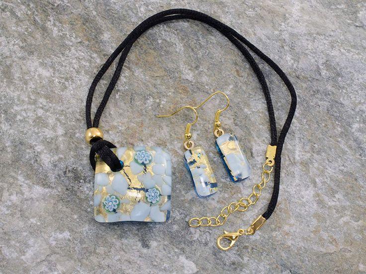 Parure in vetro di Murano con pendente rombo ed orecchini rettangolari.   Base, foglia d'oro con delicate sfumature di azzurro pastello e murrine.  Il laccio è in cotone nero.