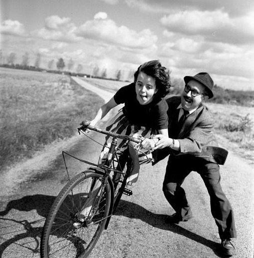 Отец учит дочь ездить на велосипеде. Франция, 1961 #история #фото #дилетант #france #diletant #diletant_media #photo #history #bike #франция #велописед #velo