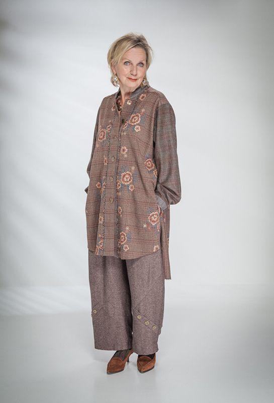 Эбби рубашка в вышитой шерсти £ 235 за Пенни Брюки из шерсти / шелка £ 225 (Коб).