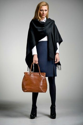 Biała bluzka i ołówkowa spódnica Stefania to klasyka dress code'u. Tym razem biznesowa stylizacja została przełamana ciepłym, szerokim szalem, a całość uzupełniona o miodową torebkę.