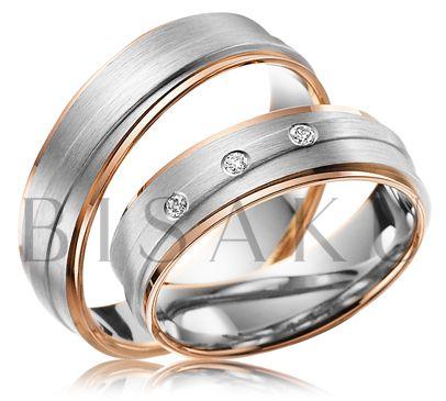A46 Zaujala vás jemná pravidelnost v podobě lesklých krajů z červeného zlata, zpestřená bílým zlatem v saténovém matu, který upoutá pozornost svým jemným zpracováním? Pak jistě nebudete váhat s výběrem tohoto modelu snubních prstenů. V tom dámském se navíc třpytí tři precizně zasazené brilianty. #bisaku #wedding #rings #engagement #brilliant #svatba #snubni #prsteny
