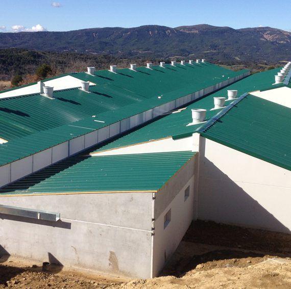 Hormigón prefabricado y estructuras con hormigón industrializado. Consulte nuestros productos de Pilares de hormigón prefabricado, Jácenas, Cerramientos o Proyectos.