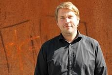 """Kam von der Erwachsenenbildung über eine Vertretungsprofessur an die FH Kiel: Dr. Fabian Lamp  ist Professor für """"Erziehung und Bildung im Übergang von der Kindheit zum Jugendalter"""" am Fachbereich Soziale Arbeit und Gesundheit. Foto: Jana Tresp"""