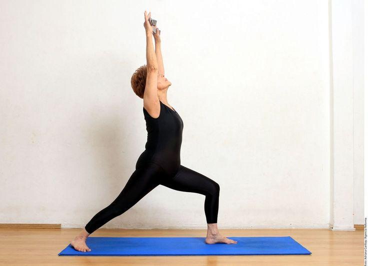 Rutina de ejercicios de yoga para adultos mayores en casa