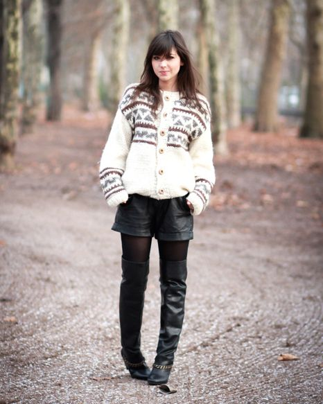 Cuissardes cuir + short cuir + maxi gilet en laine http://www.leblogdebetty.com/fashion-equation/
