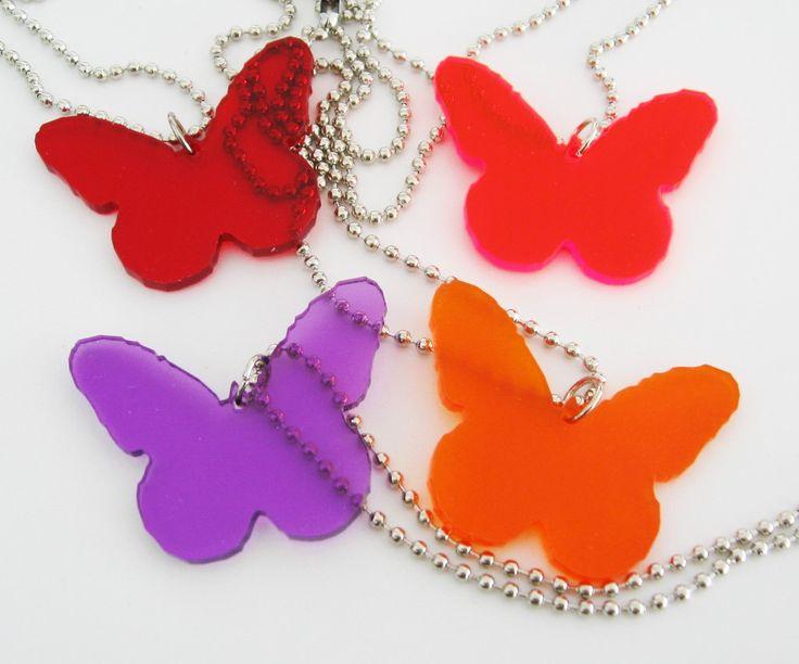 Halsband, fjärilar i plexiglas på lång kulkedja. Butterflies made of plexiglass on ball chain