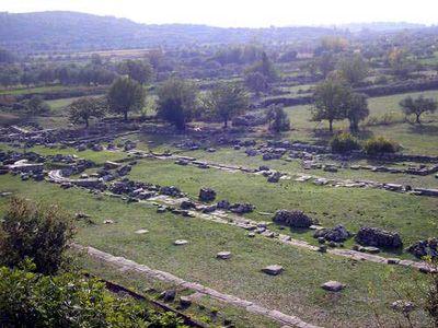 Vista delle stoai del santuario di Thermos.