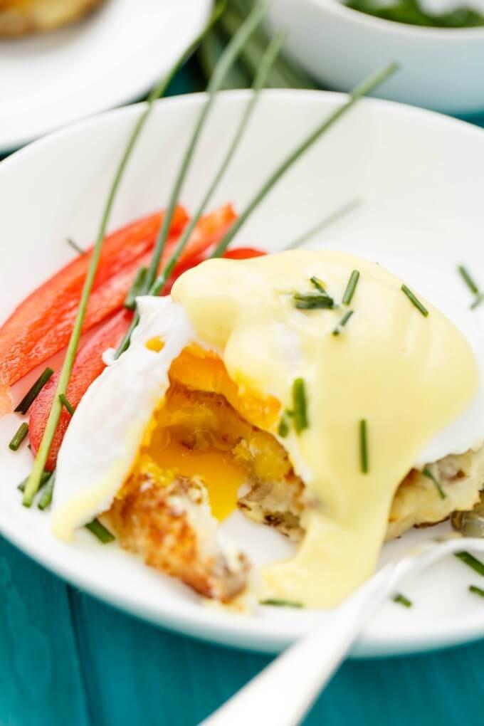 Version moderne d'une recette classique d'œufs bénédictine qui est sans gluten et plus saine, car on utilise des pommes de terre comme base au lieu de muffins anglais. Et tout aussi délicieux!
