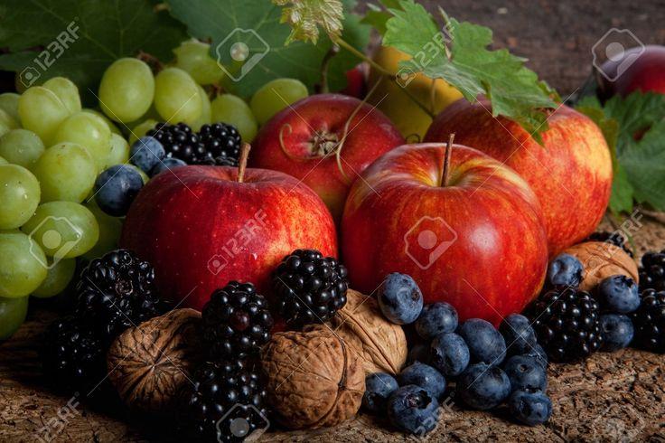 Csendélet Az őszi Gyümölcsök, Bogyók, Diófélék Royalty Free Stock-fotók, Képek és Stock-fotózás. Image 10959434.