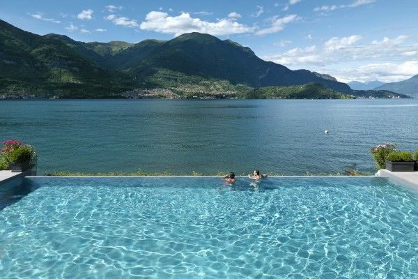 Amazing infinity pool to dive into right now! #LakeComo