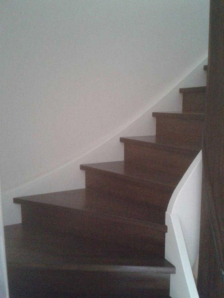 Treppen aus Buchenholz in Nussbaumoptik und weißen Wangen