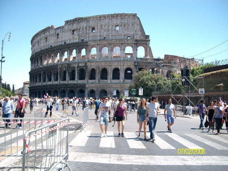 El Coliseo es un anfiteatro de la época del Imperio romano, construido en el siglo I ubicado en el centro de la ciudad de Roma. Originalmente era denominado Anfiteatro Flavio foto de claudia lara