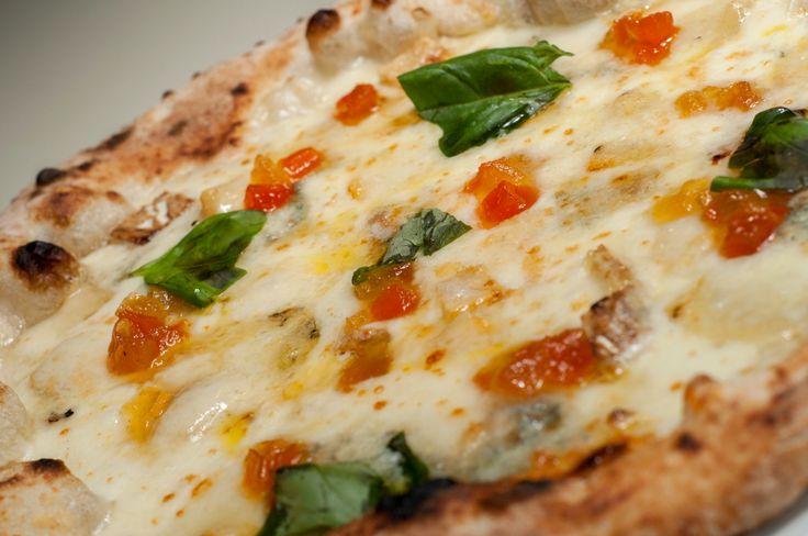 La pizza del sabato al Sud. La 4 portoni di Palazzo Vialdo. Da non perdere. http://www.ditestaedigola.com/la-4-portoni-palazzo-vialdo/