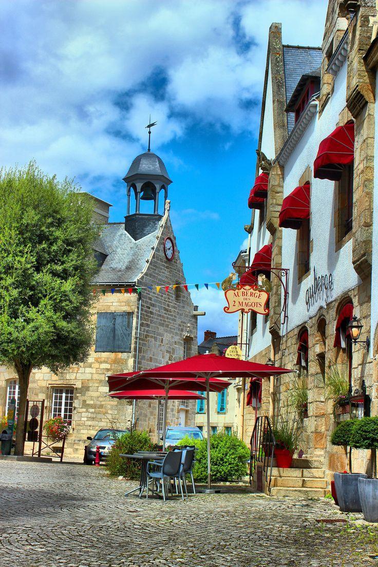 L'auberge des Deux Magots et la petite église de la Roche Bernard dans le Morbihan.